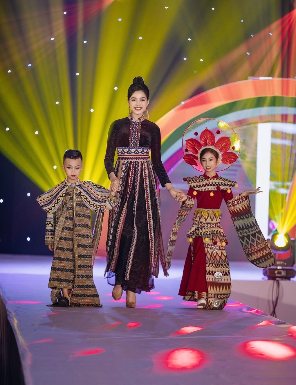 Quán quân Gia Hân catwalk cùng Hoa hậu Đỗ Thị Hà