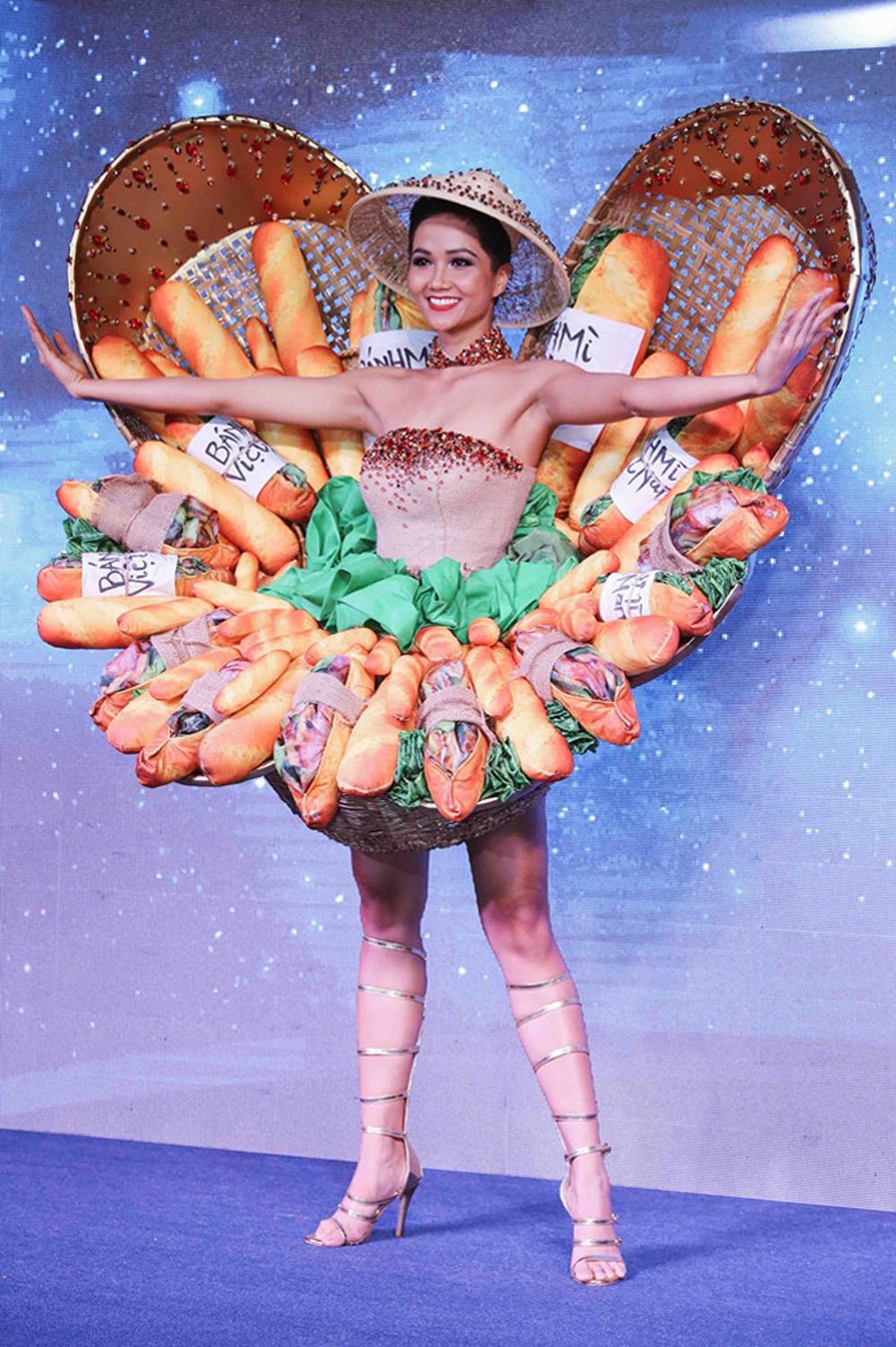 Trang phục dân tộc Bánh mì của H'Hen Niê được báo chí quốc tế khen ngợi