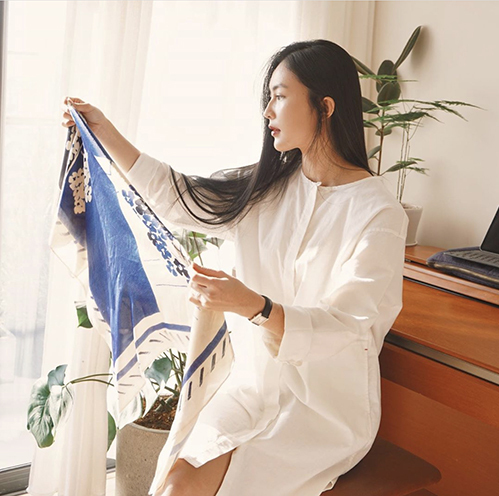 Váy áo tối giản của Fashionista Helly Tống