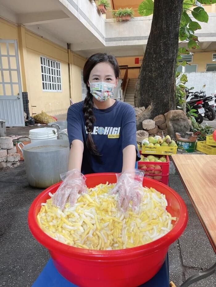 Dậy từ 4 rưỡi sáng, Mai Phương Thuý chuẩn bị các phần ăn cho y bác sĩ tuyến đồng chống dịch