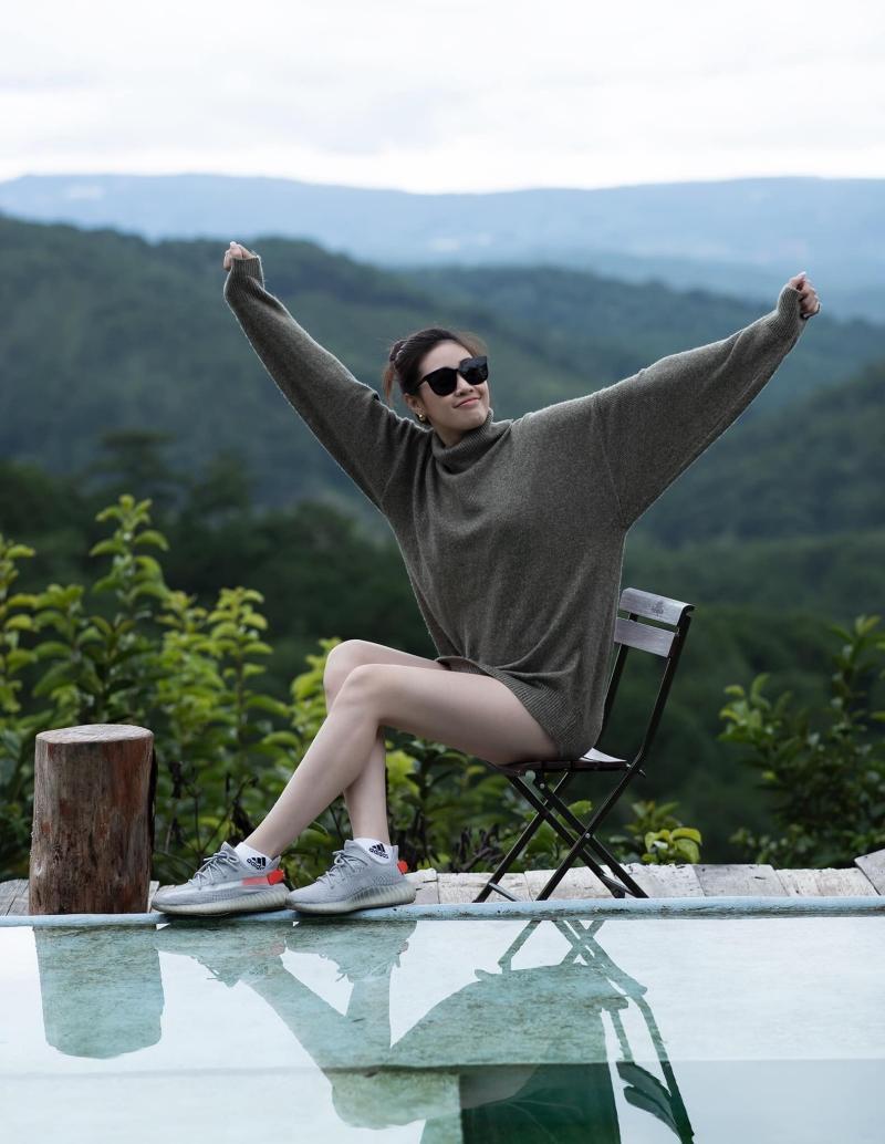 Hoa hậu Khánh Vân diện áo len cổ lọ giữa mùa Hè, netizen khen trông dịu mát quá!
