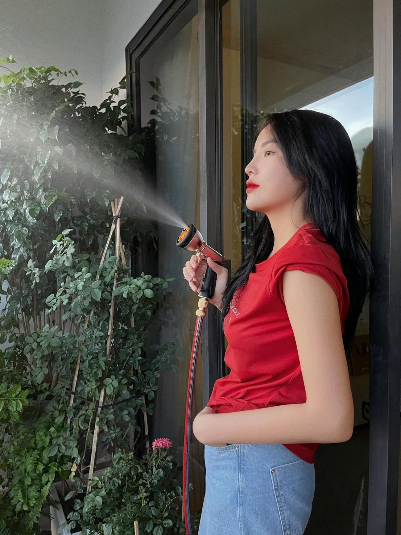 Hoa hậu Kỳ Duyên làm 'nông dân' trong căn hộ cao cấp