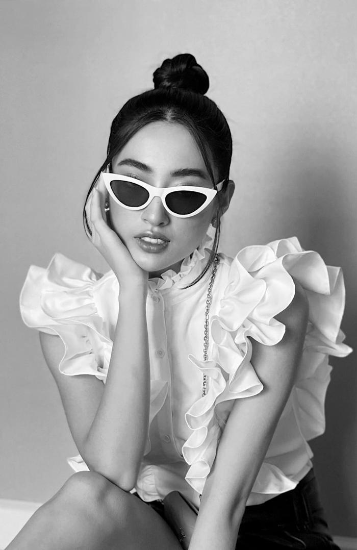 Hoa hậu Lương Thùy Linh lên đồ đi loanh quanh trong nhà mà như đi trình diễn thời trang
