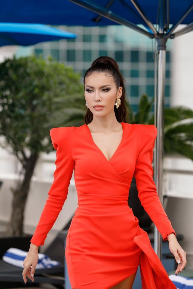 Minh Tú diện váy xẻ táo bạo, Á hậu Thuý An nóng bỏng trong ngày sinh nhật