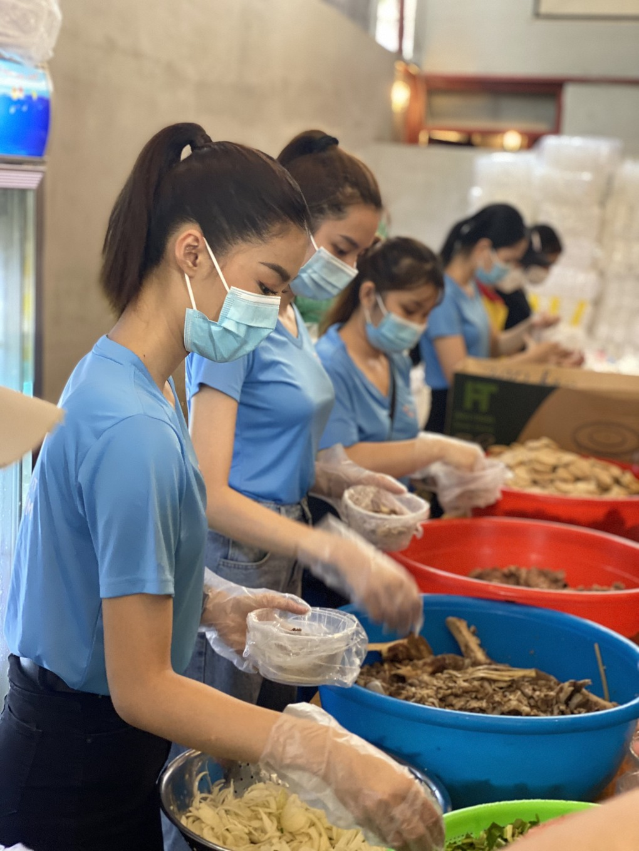 Dàn người đẹp nấu 2.000 suất bún bò tặng tuyến đầu chống dịch