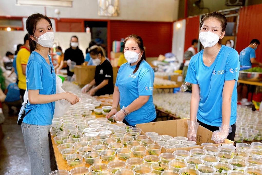 Mẹ và em gái á hậu Ngọc Thảo tham gia nấu cơm từ thiện