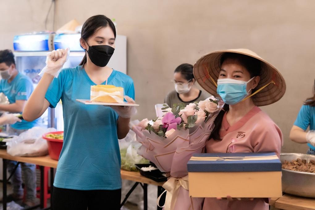 Tiểu Vy được tặng gạo, nước mắm trong sinh nhật